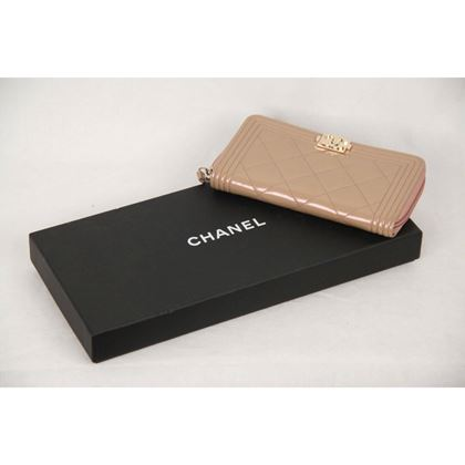 chanel-powder-quilted-patent-leather-small-boy-zip-wallet