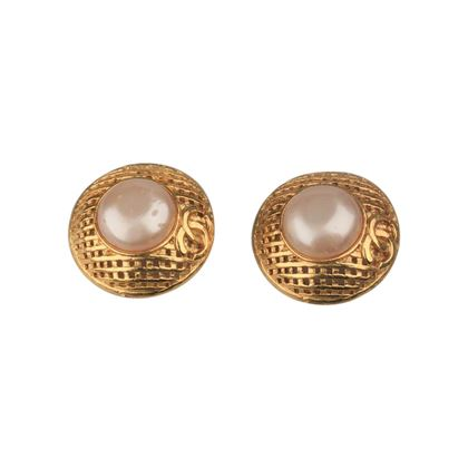 chanel-vintage-gold-metal-and-faux-pearls-grid-clip-on-earrings
