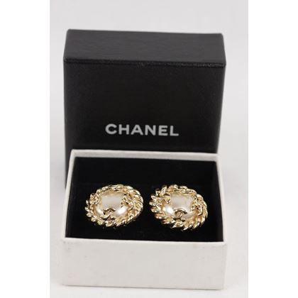 chanel-vintage-gold-metal-and-faux-pearls-clip-on-earrings