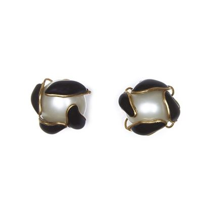 chanel-1990s-pearl-earrings-with-black-gripoix-glass-leaf-detail