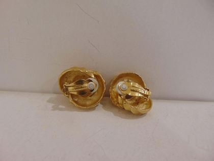 1980s-givenchy-gold-tone-clip-on-earrings-3