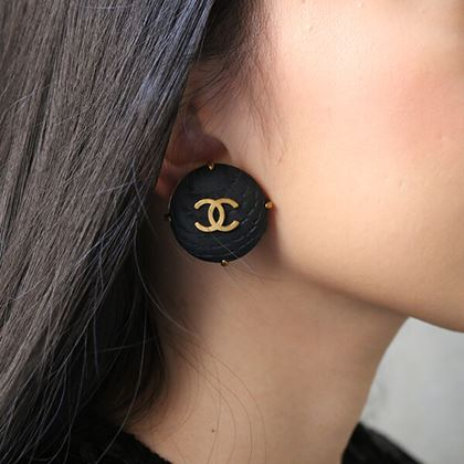 chanel-wood-round-cc-mark-earrings-black