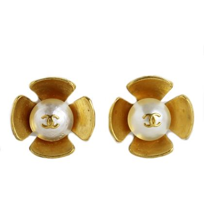 chanel-flower-motif-coco-earrings-3