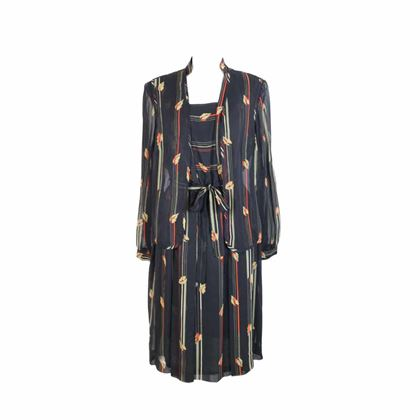 junge-frau-black-vintage-silk-floral-long-dress