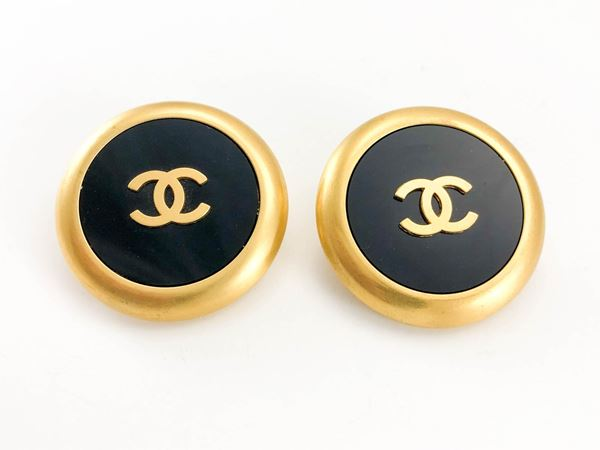 chanel-large-black-and-golden-round-logo-earrings-1992