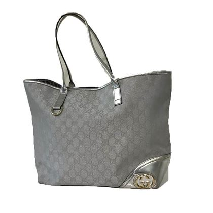 gucci-silver-shoulder-bag-has-a-pearly-effect-with-the-classic-gucci-logo