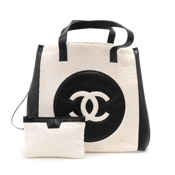 5f3ba3c4ce27a0 M 55f0d89c522b45a781000dfa Source · Chanel White Quilted Cotton & Leather  CC Logo XLarge Shoulder Tote
