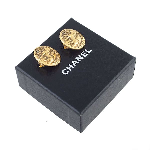 chanel-cc-horse-earrings