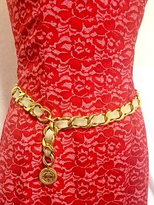 80's Vintage CHANEL beige leather and chain belt with golden CC and mademoiselle charm. Double layer chain at front. Classic belt.