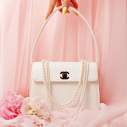 chanel-caviar-skin-turn-lock-handbag-white-3
