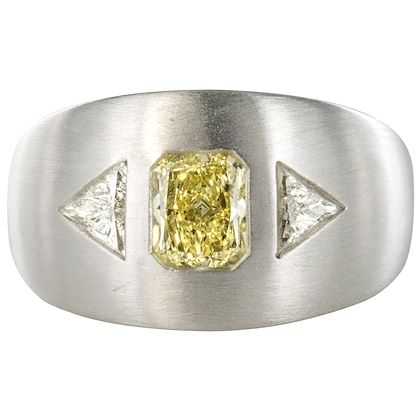 baume-modern-yellow-and-white-diamond-polished-gold-ring-2