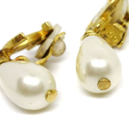 chanel-cc-logos-imitation-pearl-shaking-clip-on-earrings-gold