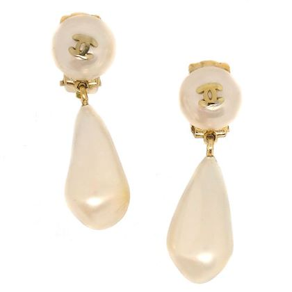 chanel-cc-logos-imitation-pearl-shaking-earrings-white-gold