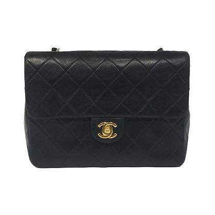 chanel-crossbody-bag-in-black-leather-with-gold-colored-hardware-2